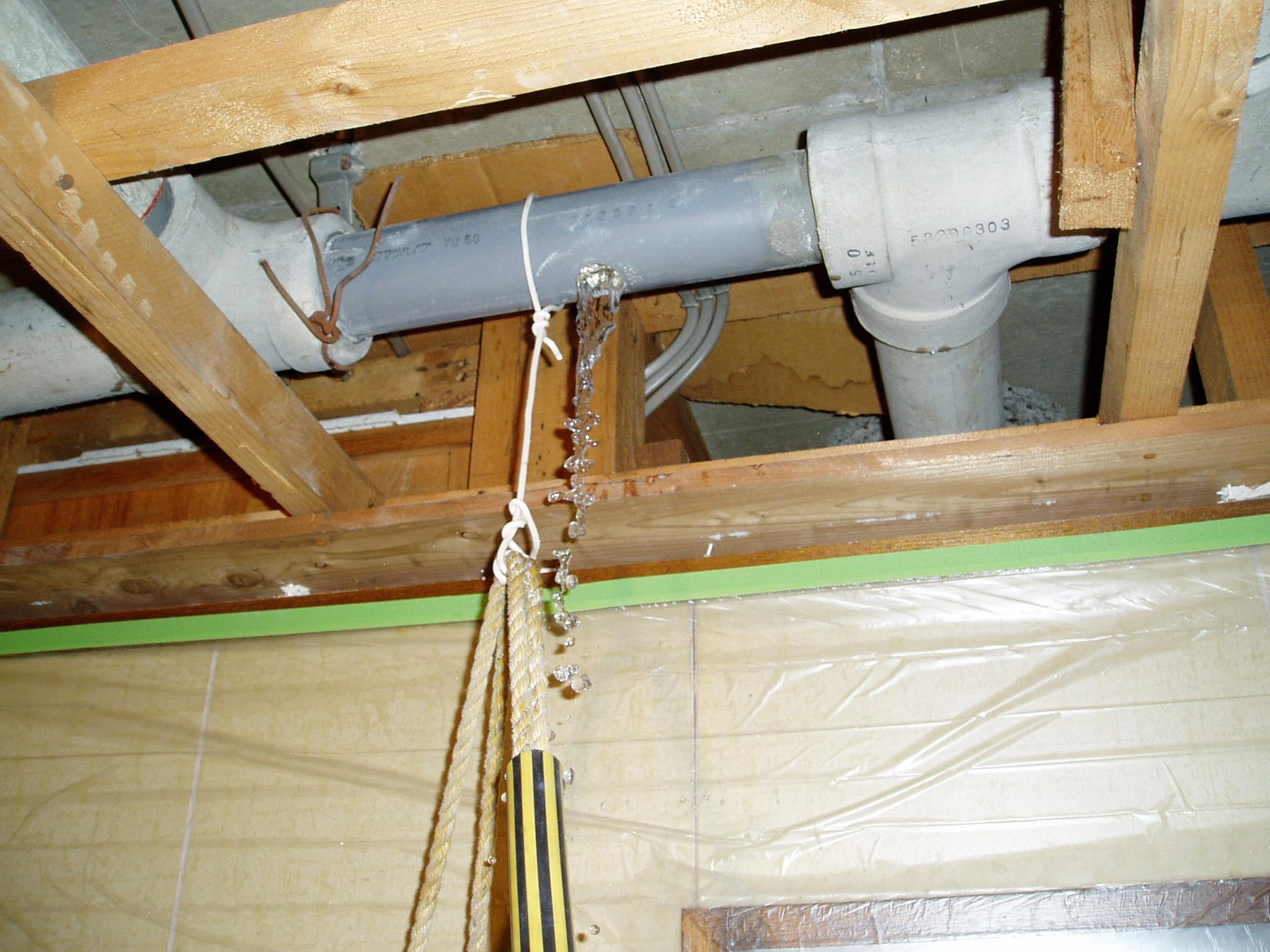 天井 パイプからの水漏れ